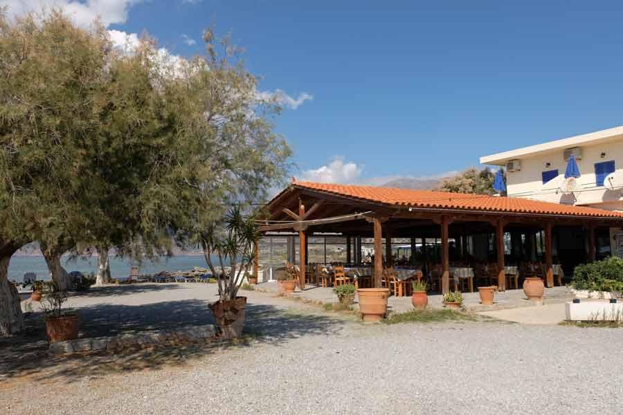 Taverne Flisvos direkt am Meer mit Ferienwohnung und Zimmer