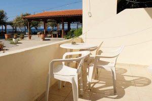Flisvos Kreta, Blick vom Balkon in Parterre. Auf die Taverne und das Meer.