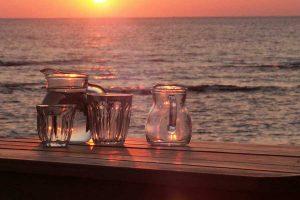 Sonnenuntergang mit Wein und Meer