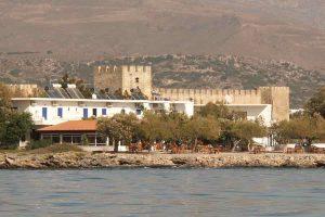 Taverne und Hotel Flisvos vom Meer aus