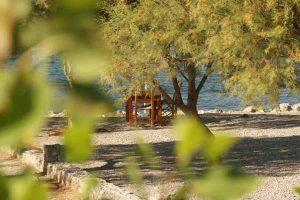 idyllischer Tisch am Meer in Kreta