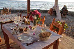 gedeckter Tisch am Nachmittag in kreta