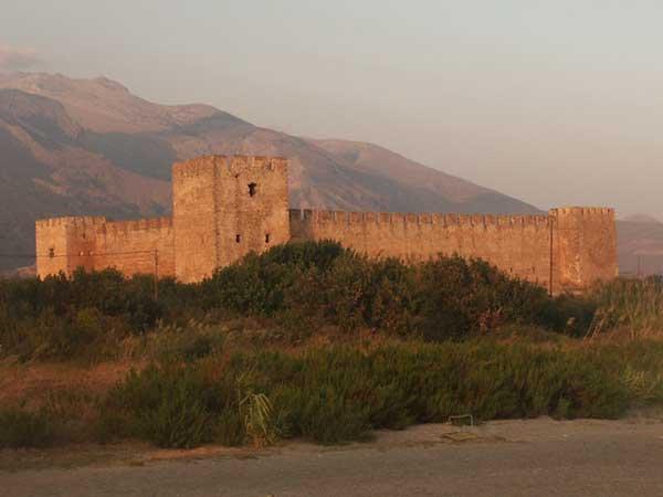 Das Kastell von der Sonne beleuchtet auf Kreta