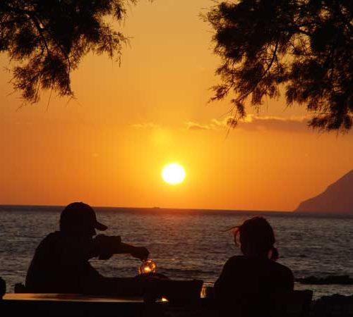 Ein Wein zum Sonnenuntergang auf Kreta direkt am Meer