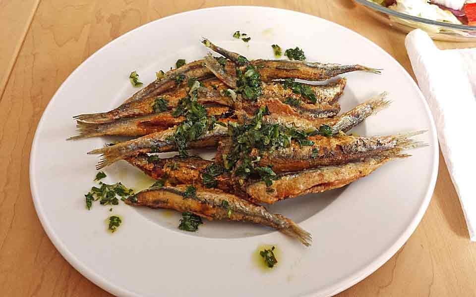 Sardinen aus Kreta frisch auf den Tisch in der Kreta Taverne Flisvos